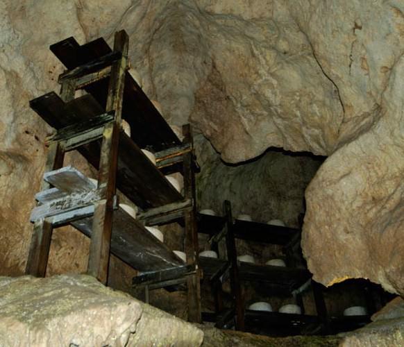 Curación-de-quesos-en-el-interior-de-una-cueva-Arenas-de-Cabrales