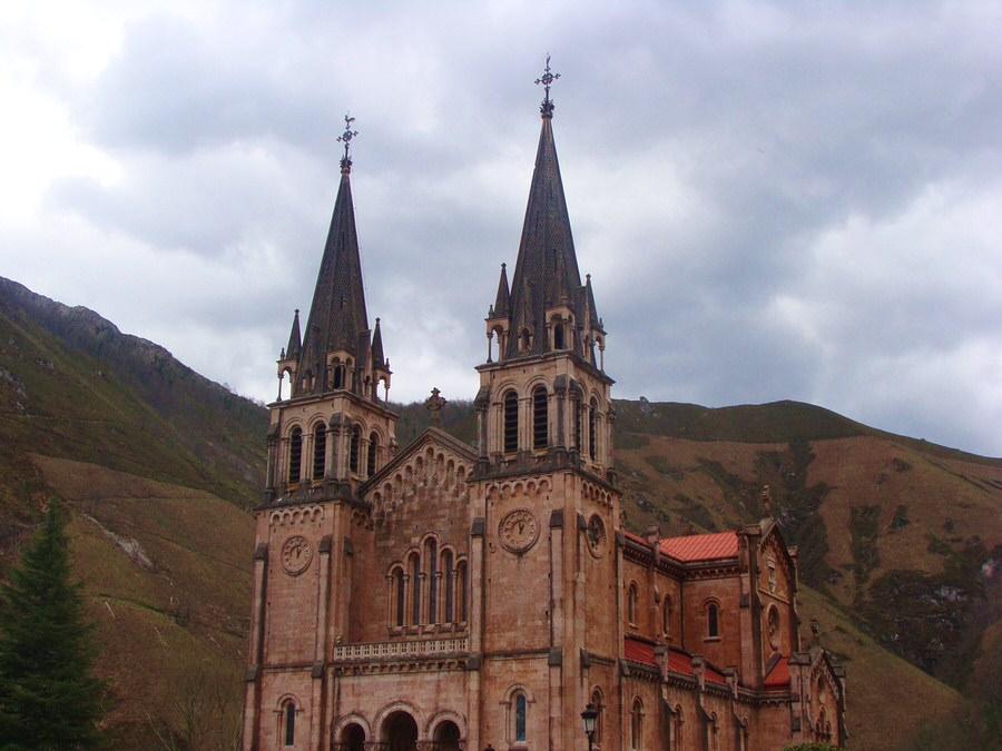 Basílica-Santa-María-de-Covadonga-Asturias