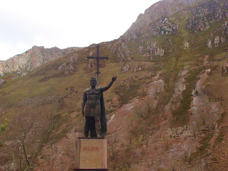 Escultura-a-Don-Pelayo-primer-monarca-del-Reino-de-Asturias