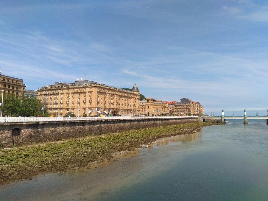 -Urumea con los edificios: Hotel María Cristina y Teatro Victoria Eugenia-