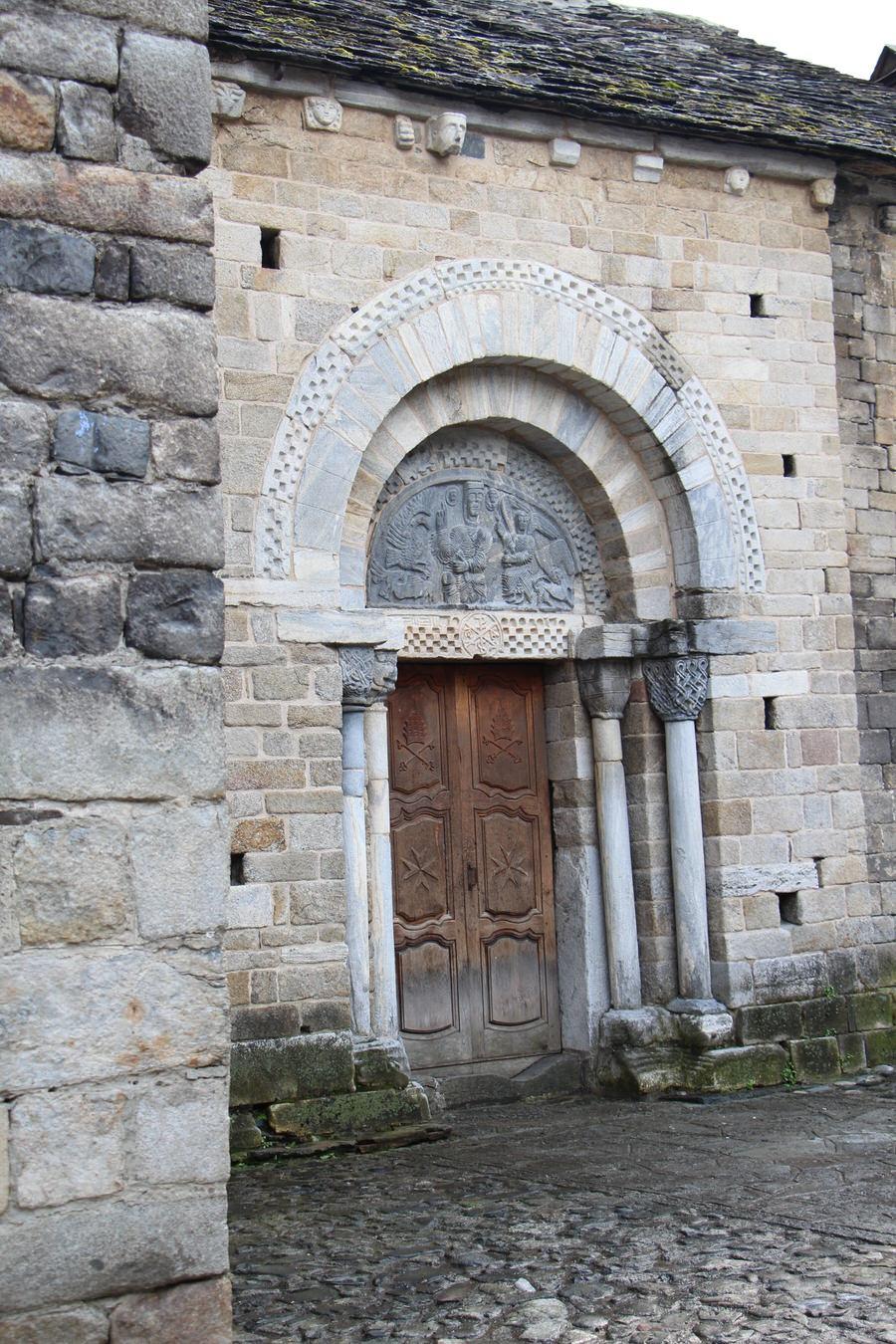 Puerta trasera Iglesia de la Asunción de María de Bossost