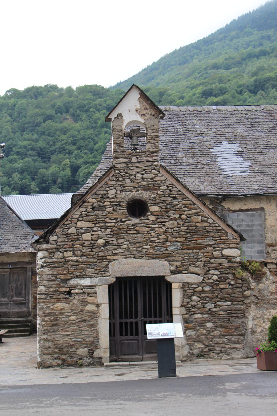 Una de las ermitas que forman el recorrido junto al puente que divide el pueblo, Bossots