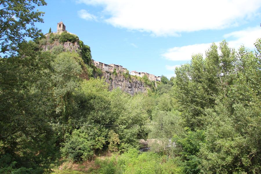 -Otra vista de Castellfullit de la Roca desde la pasarela-