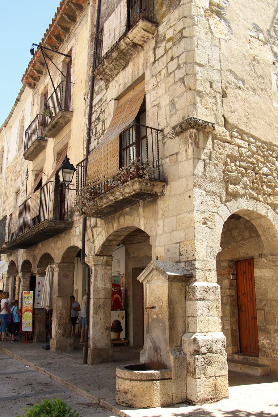 -Soportales Plaza Mayor de Besalú-