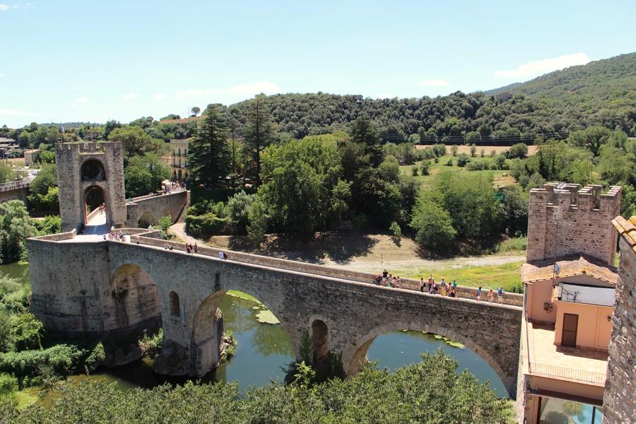 -Puente Medieval de Besalú sobre el río Fluviá-