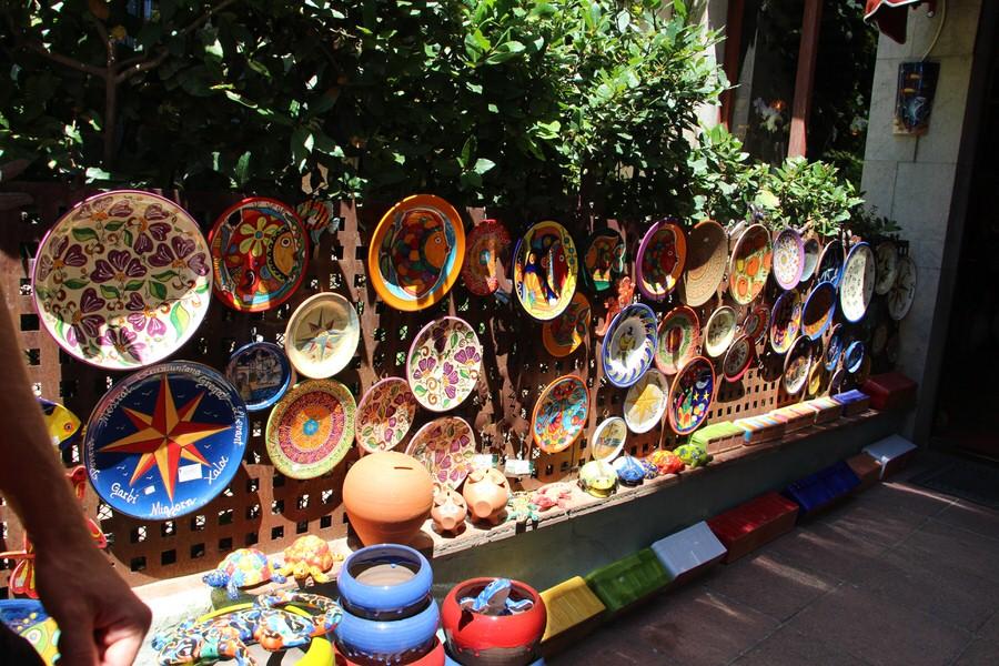Algunas piezas de cerámica en la entrada del establecimiento