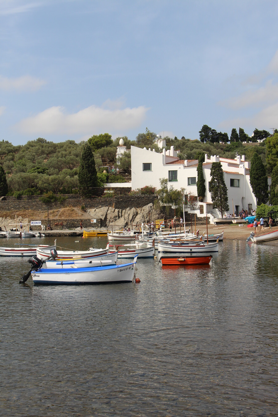 Muelle con la Casa de Dalí al fondo, Portlligat