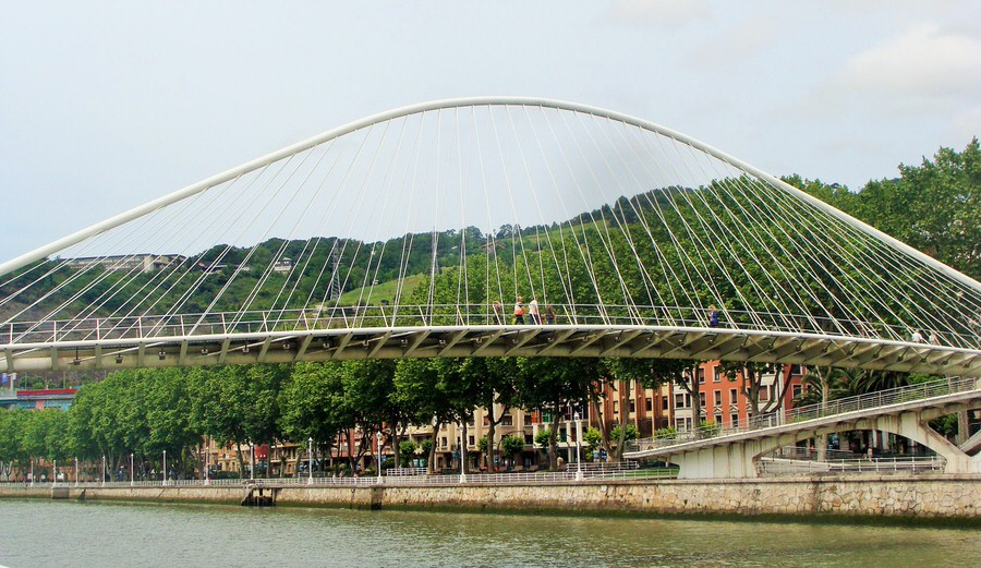 -Puente Zubi Zuri, obra de Calatrava.Bilbao-