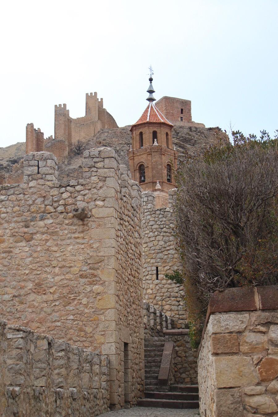 Iglesia-de-Santiago-con-las-murallas-al-fondo-Albarracín