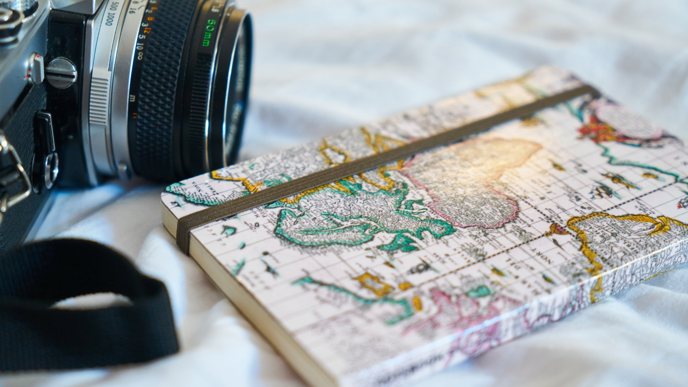 camara-de-fotos-y libreta-objetos-de-viajeibreta